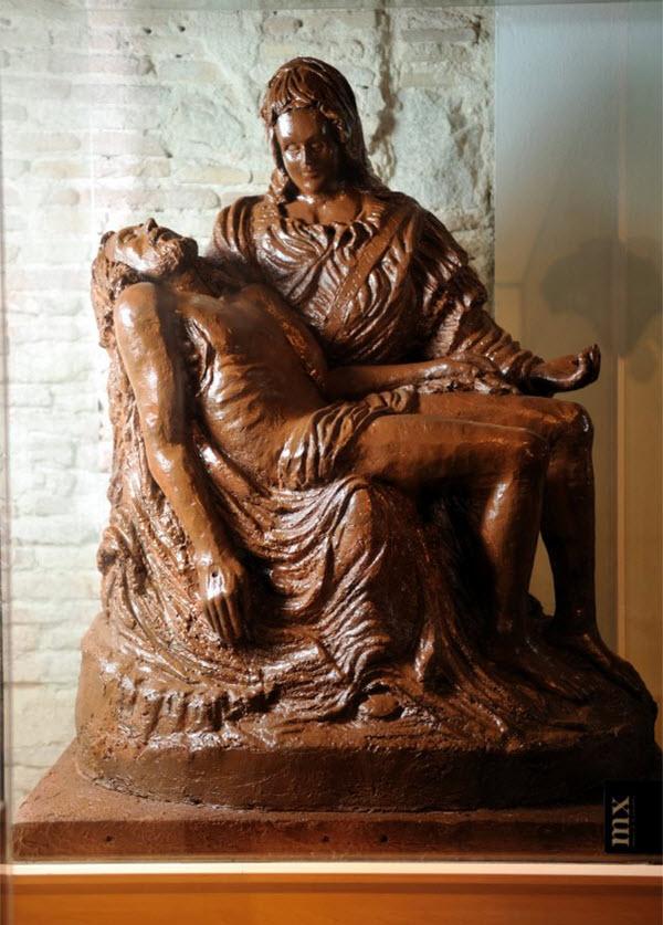 """"""" Histoires Vraies """" ou  Le Savoir """"  - Page 2 Statues-chocolat"""