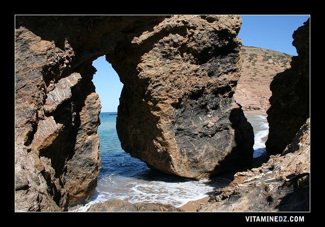 شواطئ و حمامات عين تموشنت  511-rocher-separant-les-deux-rives-de-la-plage-de-ouardania
