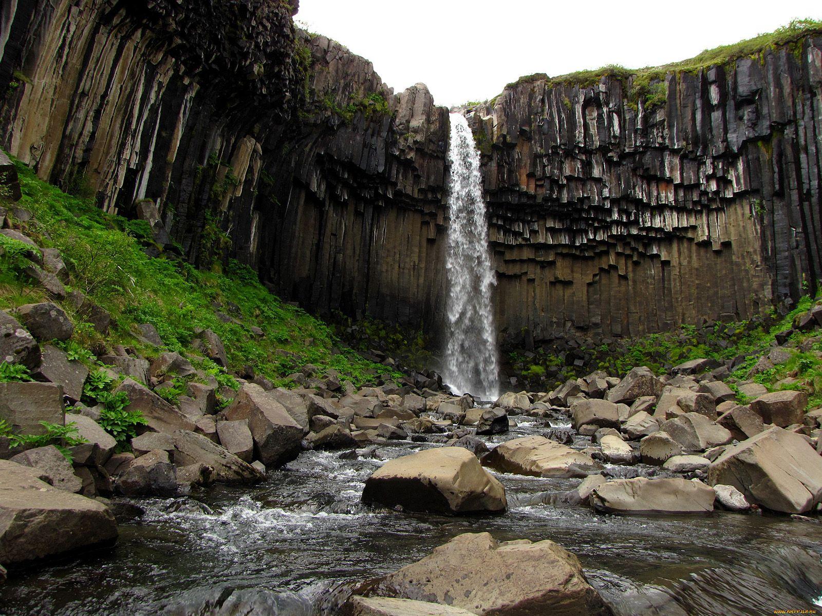 Национальный парк Скафтафетль Vodopad_svartifoss_pejzazh