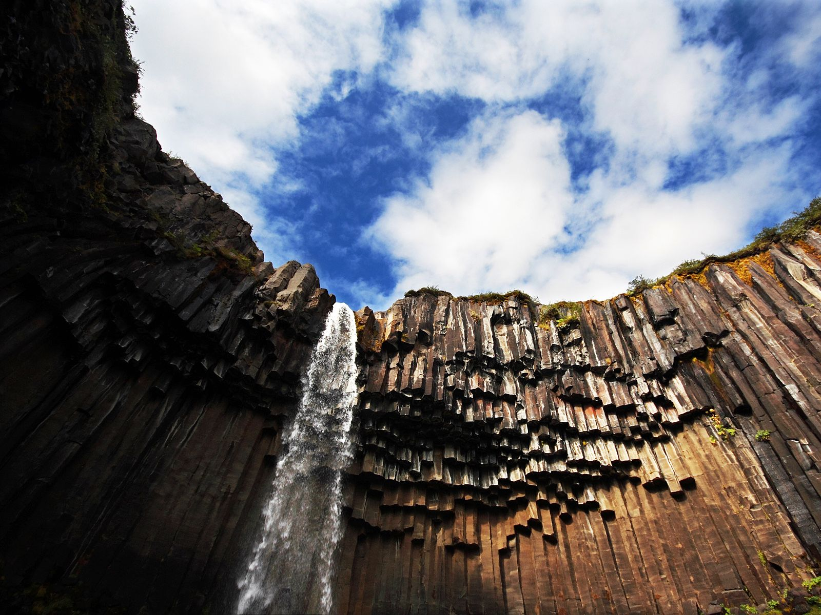 Национальный парк Скафтафетль Vodopad_svartifoss_snizu