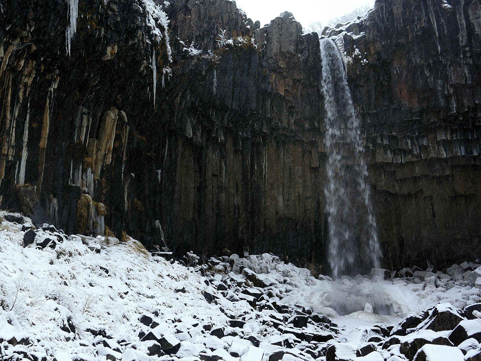 Национальный парк Скафтафетль Vodopad_svartifoss_v_snegu