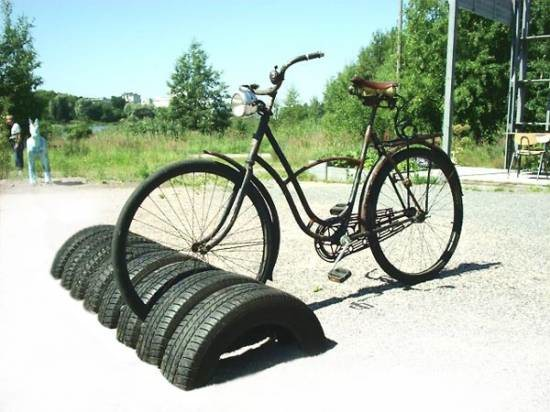 Поделки для дачи своими руками из шин и пластиковых бутылок 1286900457_bikestand