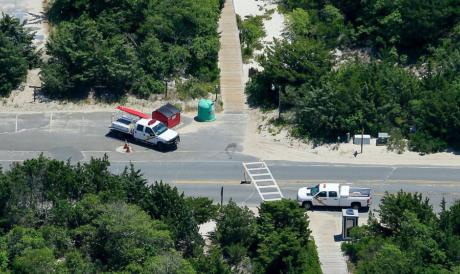 Photos of NJ Governor Claiming Closed Beach for His Personal Use WHAT AN ASSHOLE!! Gove-Photos-14