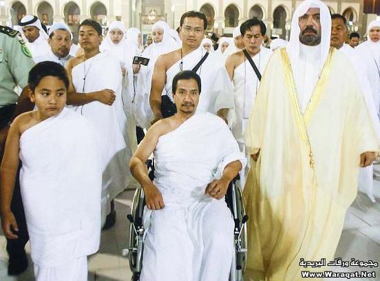 صور لمشاهير وهم يؤدو Celebrities_7aj1