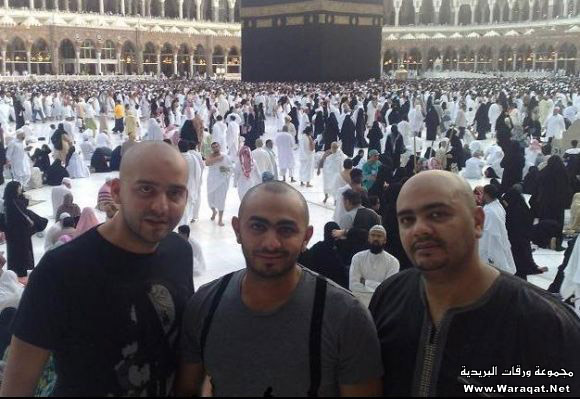 صور لمشاهير وهم يؤدو Celebrities_7aj10