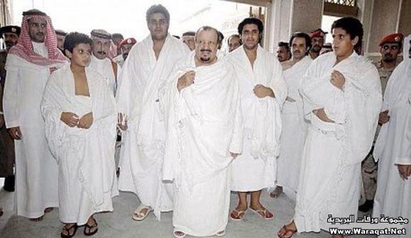 صور لمشاهير وهم يؤدو Celebrities_7aj13