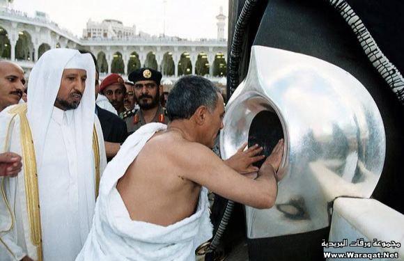 صور لمشاهير وهم يؤدو Celebrities_7aj14