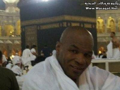 صور لمشاهير وهم يؤدو Celebrities_7aj19