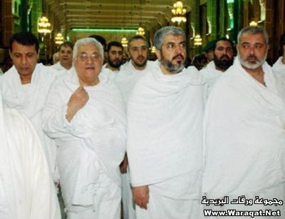 صور لمشاهير وهم يؤدو Celebrities_7aj20
