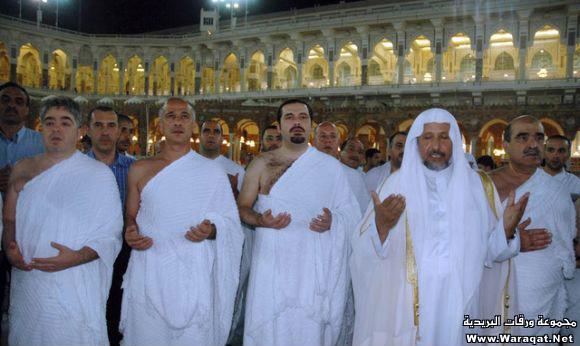 صور لمشاهير وهم يؤدو Celebrities_7aj21