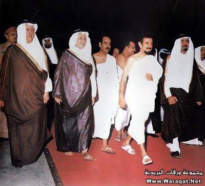 صور لمشاهير وهم يؤدو Celebrities_7aj26