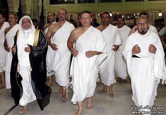 صور لمشاهير وهم يؤدو Celebrities_7aj3