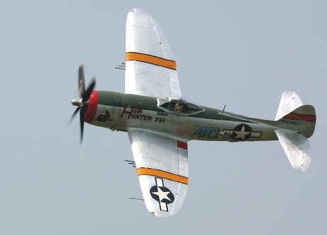 طائره الهجوم الارضى الامريكيه  A-10 Thunderbolt II , مفترسه المدرعات .   P47-bankleft-02