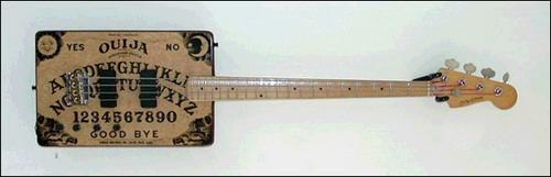 Vai ser feio assim la na casa do c#$%%&*%$# - Página 3 Strange_guitar_15