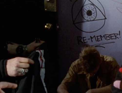 L'œil qui voit tout; tous les symboles des Illuminatis dans les médias - Page 2 0dsq104ckkl