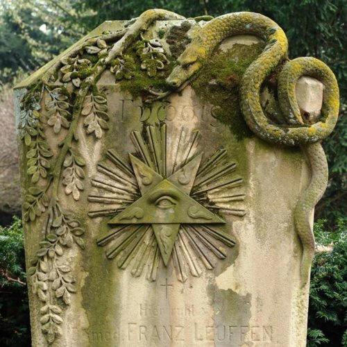 L'œil qui voit tout; tous les symboles des Illuminatis dans les médias - Page 3 False_54