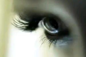 L'œil qui voit tout; tous les symboles des Illuminatis dans les médias - Page 2 Versaceye67yc