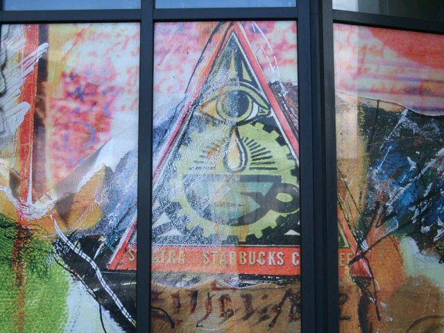 L'œil qui voit tout; tous les symboles des Illuminatis dans les médias 41b9ul9z