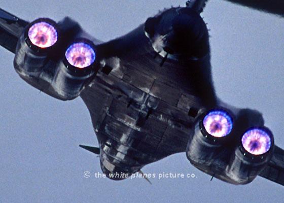 قاذفة القنابل الإستراتيجية  Rockwell B – 1B - صفحة 2 Military18