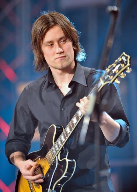 Tomás Rosický plays guitar PA-8455603