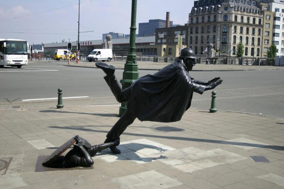 que suis je et où? ajonc - 19 juillet trouvé par Martine Street-sculpture-belgique-bruxelles-tom-frazen