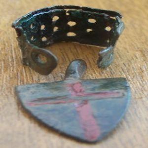 Pinjante escutiforme con cruz y soporte para ave de cetrería 47344366
