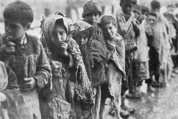 """بعد تصريح البابا .. لم يبق للاجئين عند الدول التي تتستر بالانسانية سوى حلين """"الغرق أو القتل"""" !!! Armenian_genocide_children"""