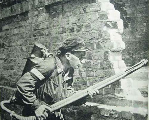 Diverses photos de la WWII - Page 40 Polish-soldier-flamethrower