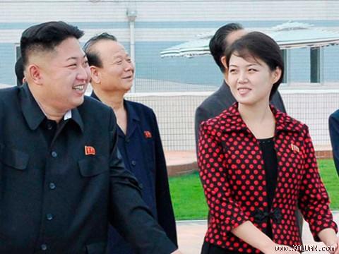 La primera dama de Corea del Norte se exhibe con productos de lujo - Página 4 350299a76a585a.img