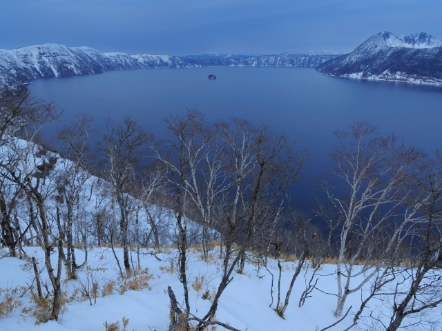 Обои для рабочего стола - природа Winter_Winter_forest_at_the_lake_037025_29
