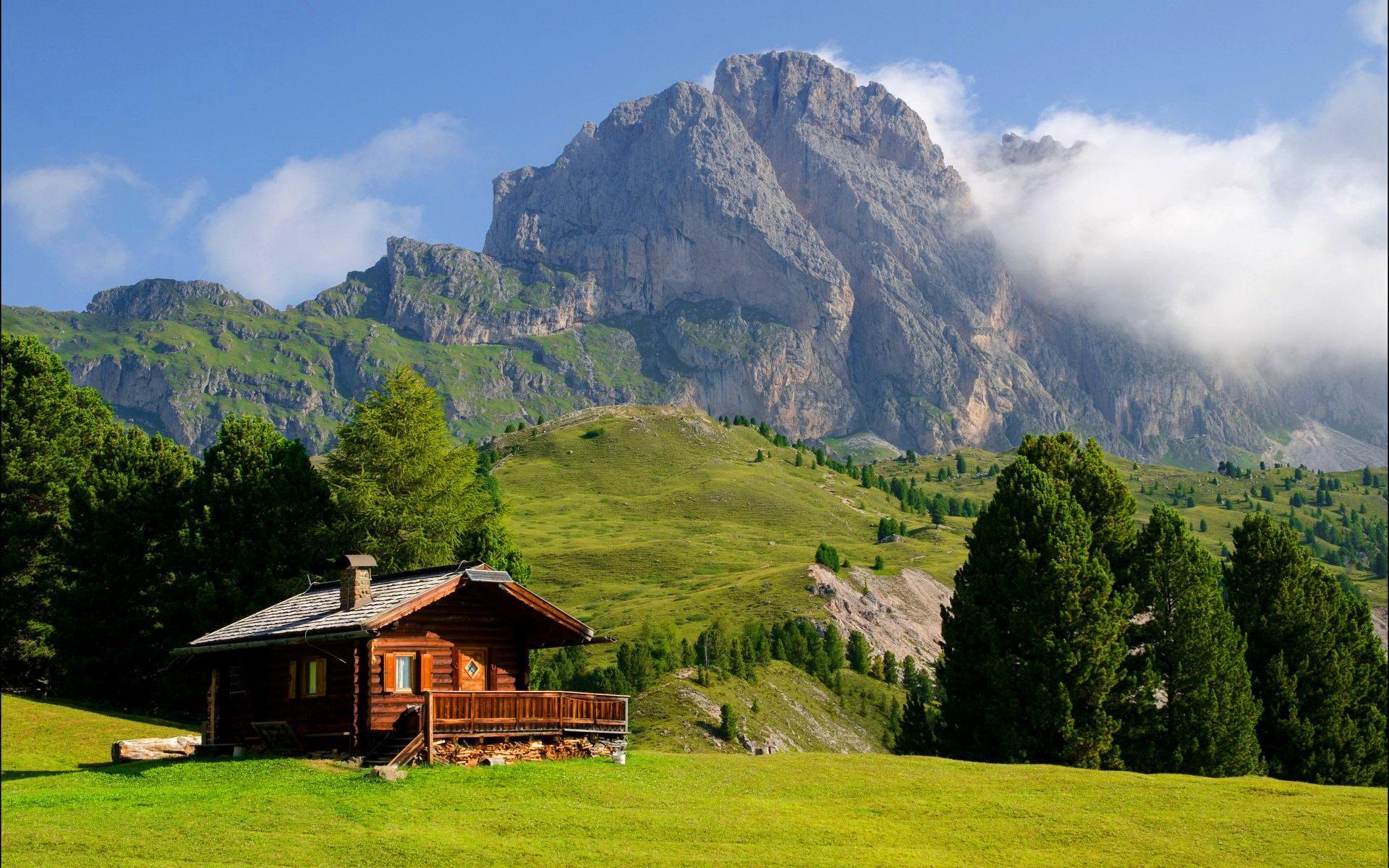 Kućice na  vrhu planine World___Italy_Lonely_house_in_the_ski_resort_of_Val_Gardena__Italy_062914_
