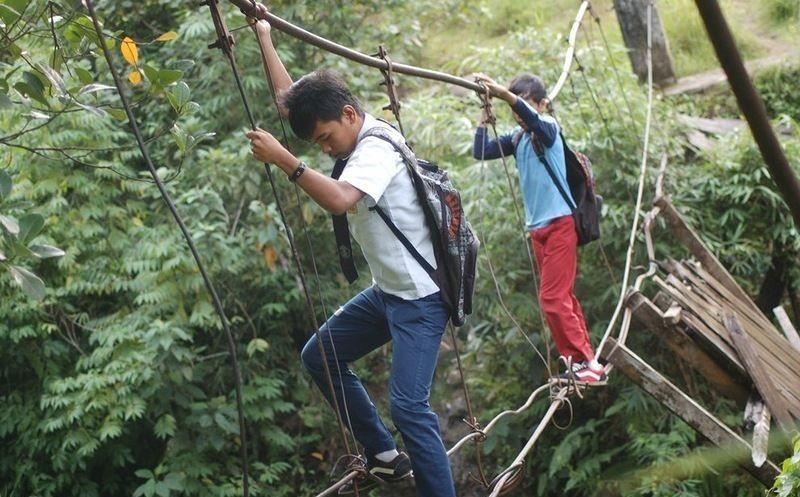 اندونيسيا صور أطفال يعرضون أنفسهم للخطر لأجل الدراسة 198858035