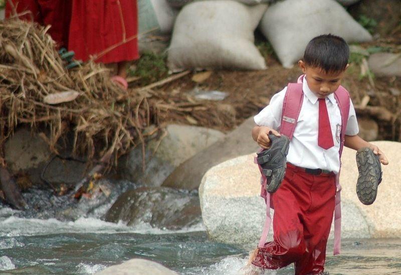 اندونيسيا صور أطفال يعرضون أنفسهم للخطر لأجل الدراسة 607134455