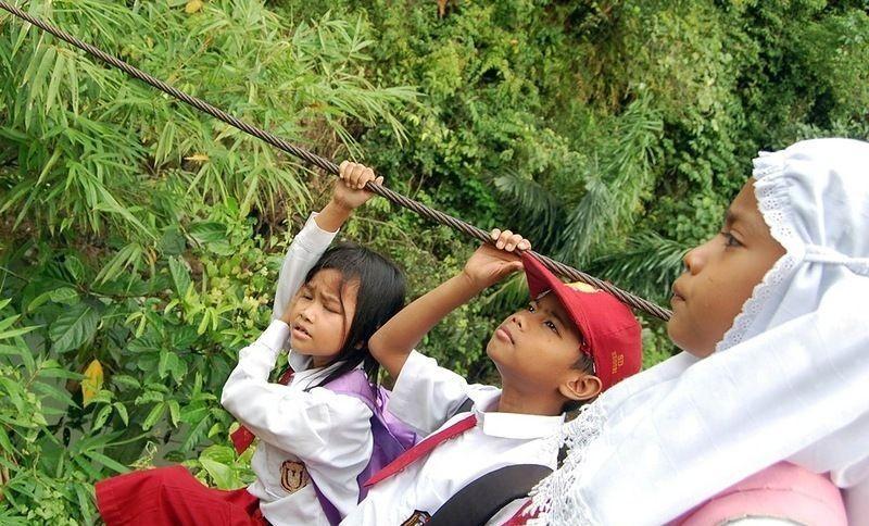 اندونيسيا صور أطفال يعرضون أنفسهم للخطر لأجل الدراسة 800458163