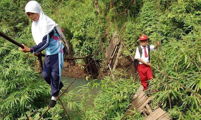 اندونيسيا صور أطفال يعرضون أنفسهم للخطر لأجل الدراسة 831131302