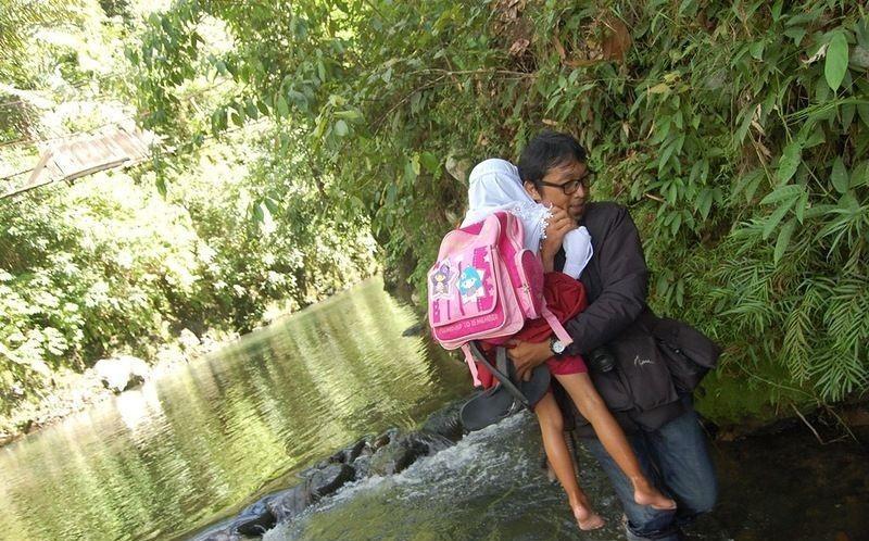 اندونيسيا صور أطفال يعرضون أنفسهم للخطر لأجل الدراسة 892187138