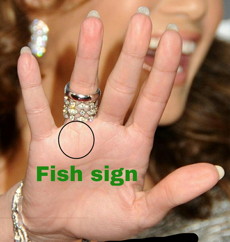 Fish sign in the jennifer lopez's hand Jennifer-lop