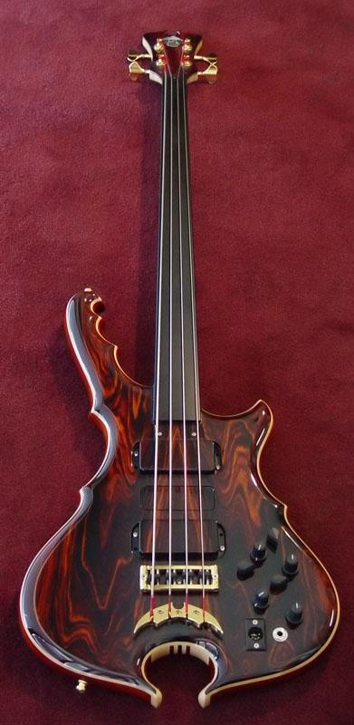 Star Bass - Parceria entre o Luthier Ademir e PJ Valval_upviewL