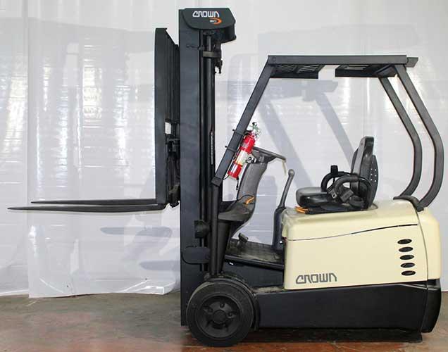 Phân phối xe nâng điện cũ nhập khẩu trực tiếp chính hãng Xe-nang-dien-cu-2_5-tan-ngoi-lai-crown