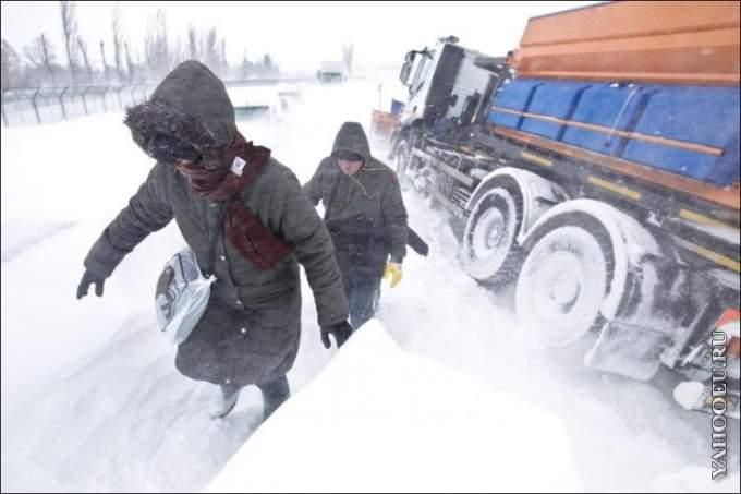 А за окном зима... - Страница 2 1327955303_1327862000_romania-snow-storm-02