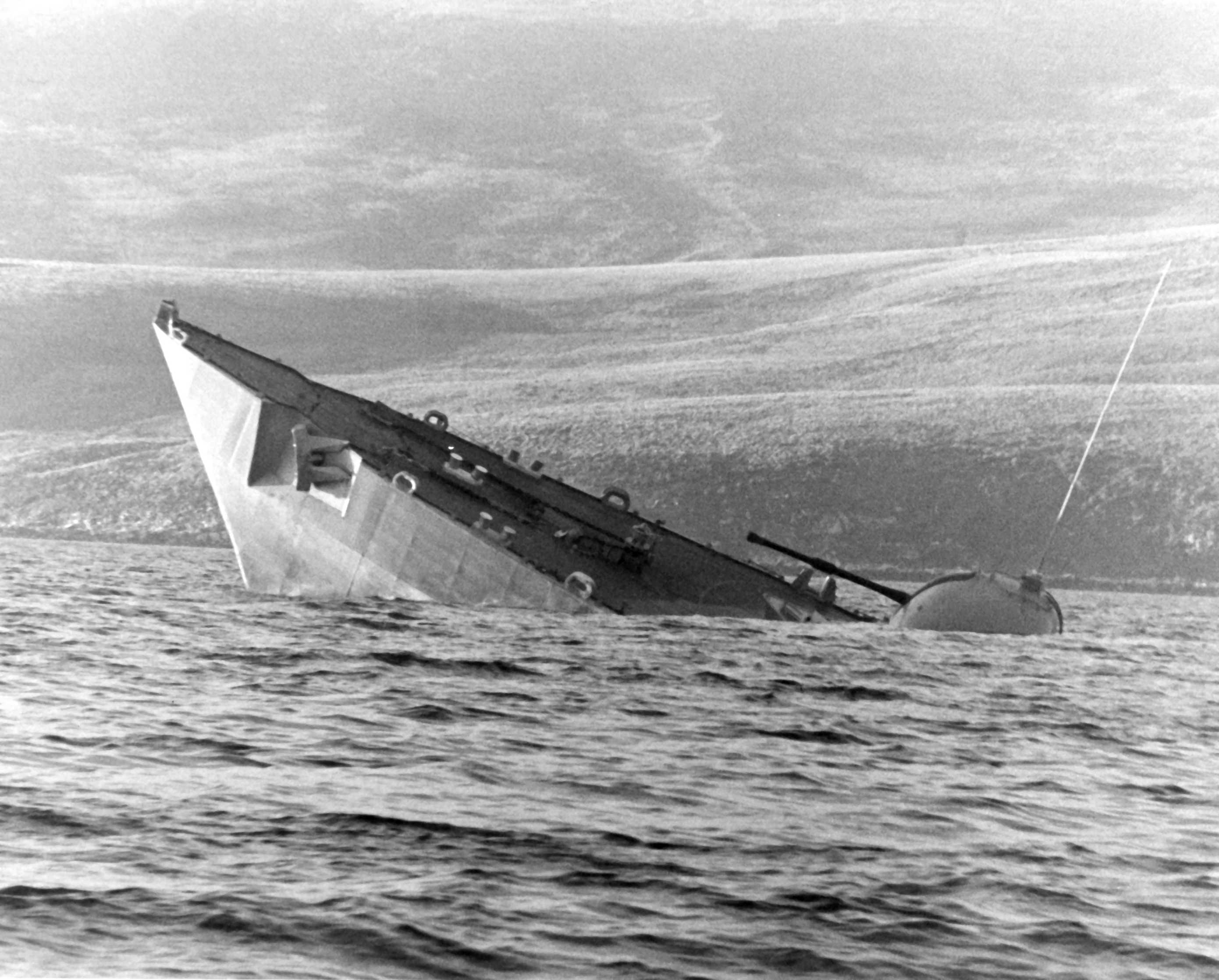 أسلحة صنعت الحدث - صفحة 3 Ship_Sinking_Falklands_Islands_War_HMS_Antelope
