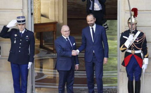 Qui est Emmanuel Macron ? .Passation_de_pouvoir_m