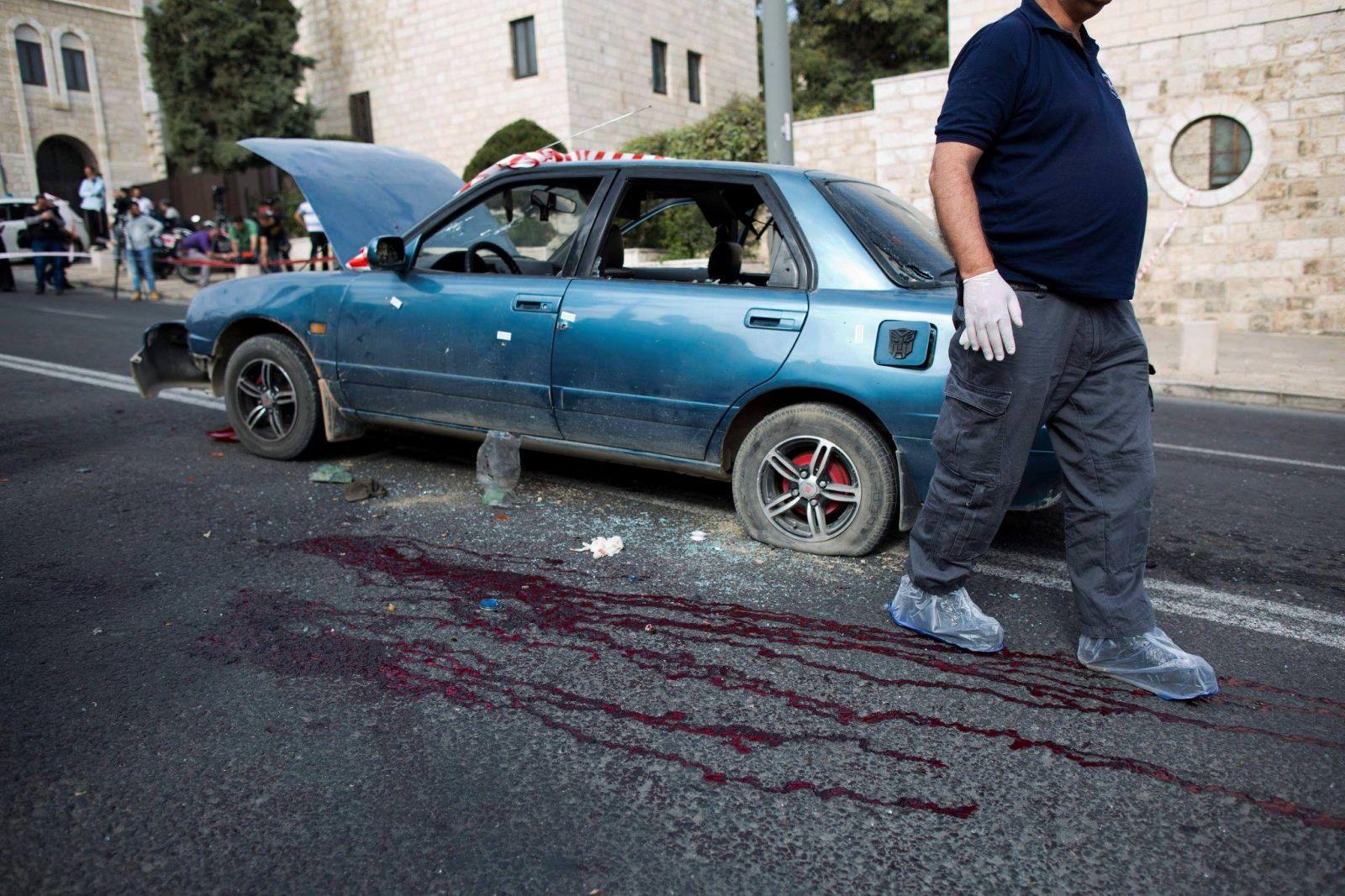 بالصور.. استشهاد فلسطينية بزعم محاولتها طعن جندي صهيوني بالقدس 10273175_1132253506809475_7776377871709153293_o