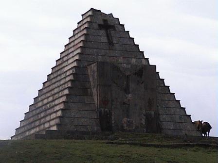 Historias - Página 4 20140126120825-mausoleo-italiano-en-el-puerto-del-escudo.-piramide-funeraria.