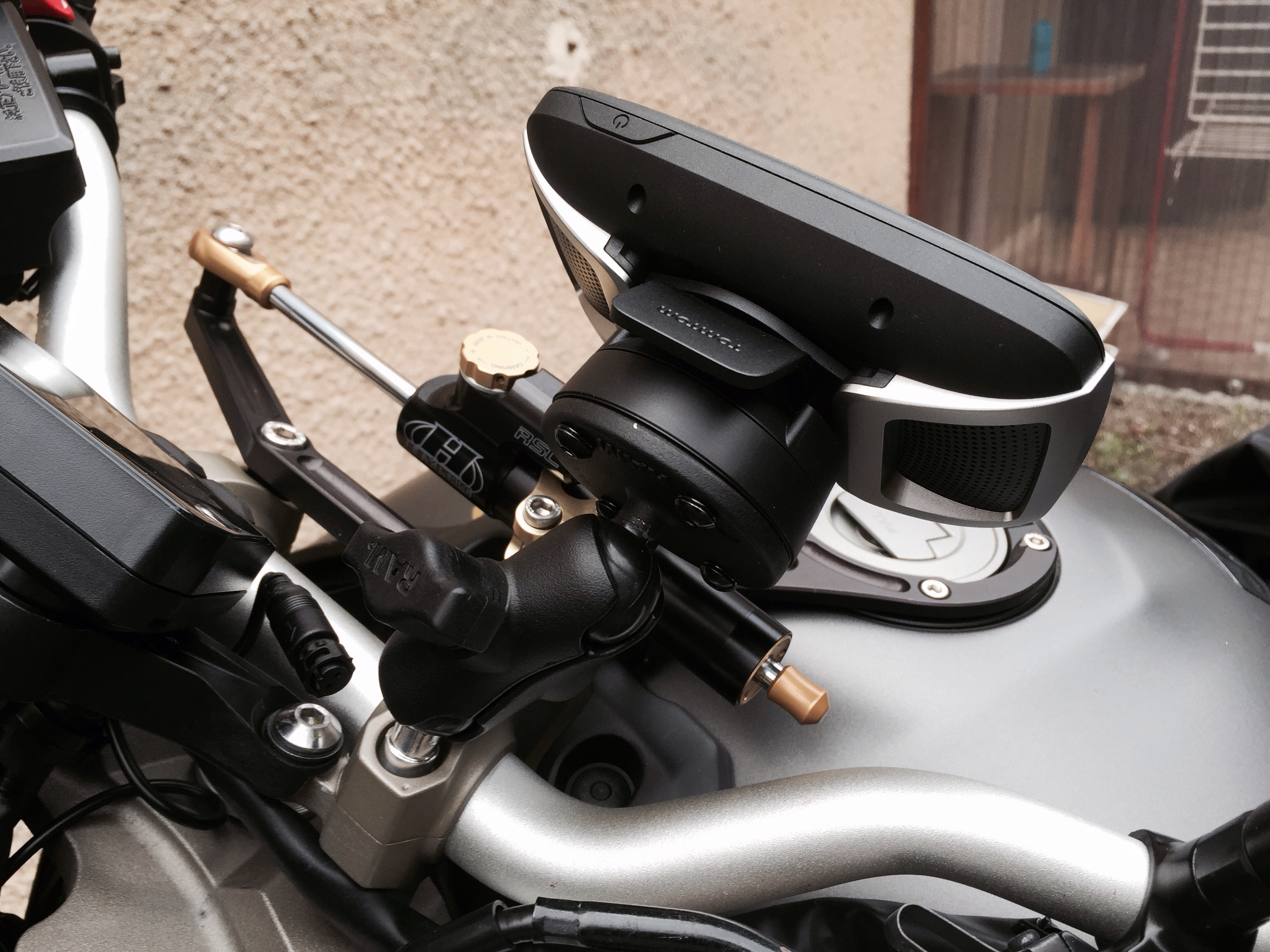 Support GPS Tomtom Rider / Fixation au compteur 1440694635-iphone-image-08-27-2015