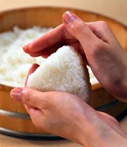 [Cuisine] Onigiri à l'oignon frit 1530666492-onigiri-model2