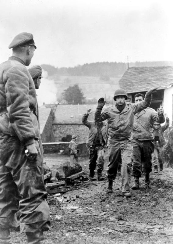 Américain prisonnier lors de la bataille des ardennes(1944) 393615Bundesarchiv_Bild_183_J28619__Ardennenoffensive__gefangene_Amerikaner