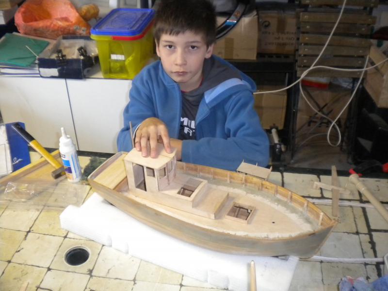 barque chalutiére au 1/20è d'après plans - Page 2 589082DSCN2186