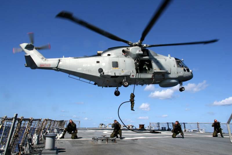 AGUSTA-WESTLAND AW-101 MERLIN 826636Merlin_HMS_Monmouth