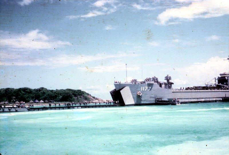 LANDING SHIP TANK (LST) CLASSE NEWPORT  114750USSLorainCountyLST1177